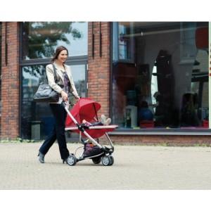 Frau fährt mit Kinderwagen Buggy